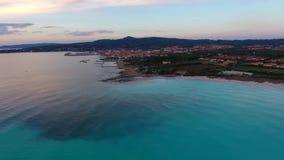 Воздушная съемка, неимоверно красивый штиль на море в свете захода солнца при серии облаков, снятые с трутнем видеоматериал