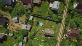 Воздушная съемка домов в деревне в лете, России акции видеоматериалы