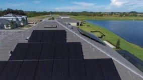 Воздушная съемка домов с панелями солнечной энергии eco на крышах, малых пригородах экологичности в 4k сток-видео