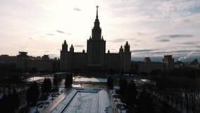 Воздушная съемка силуэта здания государственного университета Москвы, снега покрыла парк сток-видео