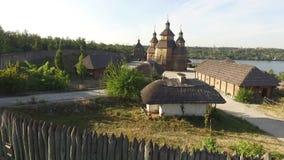 Воздушная съемка старой деревни с деревянной загородкой акции видеоматериалы
