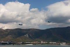 2 воздушного судна летают над городом Стоковая Фотография