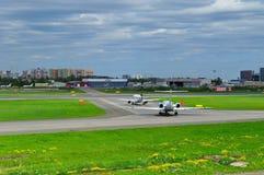 2 воздушного судна ждут их поворот для взлета от взлётно-посадочная дорожка в международном аэропорте Pulkovo в Санкт-Петербурге, Стоковые Изображения