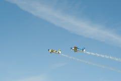 2 воздушного судна самолет-биплана один двигателя, который нужно лететь в небо Стоковые Фотографии RF