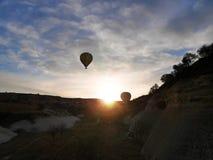 2 воздушного шара принимая на восход солнца стоковая фотография rf