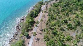 Воздушное взгляд сверху береговой линии и острова моря с пальмами Стоковое фото RF