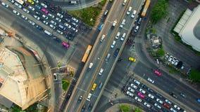 Воздушное взгляд сверху движения и автомобиля корабля на перекрестке или соединение в районе города Бангкока на twilight заходе с видеоматериал