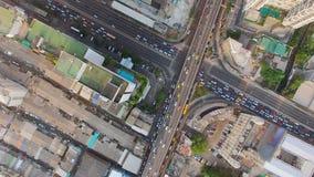 Воздушное взгляд сверху движения и автомобиля корабля на перекрестке или соединение в районе города Бангкока, съемка взгляда каме сток-видео