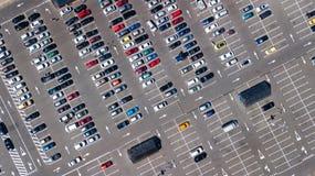 Воздушное взгляд сверху места для стоянки с много автомобилей сверху, концепция транспорта Стоковая Фотография