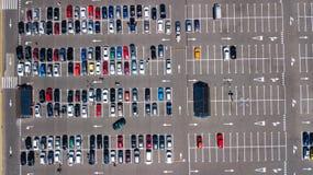 Воздушное взгляд сверху места для стоянки с много автомобилей сверху, концепция транспорта Стоковые Изображения RF