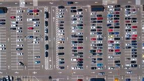 Воздушное взгляд сверху места для стоянки с много автомобилей сверху, концепция транспорта Стоковые Фото