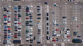 Воздушное взгляд сверху места для стоянки с много автомобилей сверху, концепция транспорта Стоковая Фотография RF