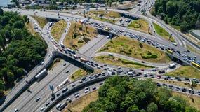 Воздушное взгляд сверху транспортной развязки сверху, автомобильного движения и варенья автомобилей, концепции транспорта Стоковое Изображение