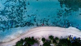 Воздушное взгляд сверху ясного голубого моря в временени на тропическом острове Стоковое фото RF