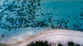 Воздушное взгляд сверху ясного голубого моря в временени на тропическом острове Стоковые Изображения RF