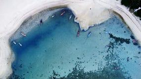 Воздушное взгляд сверху ясного голубого моря в временени на тропическом острове Стоковые Фотографии RF