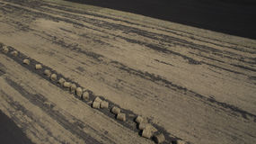 Воздушное изображение стогов сена в поле стоковые изображения rf