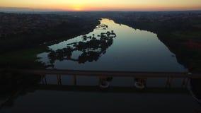 Воздушное река отснятого видеоматериала на заходе солнца в городе Barra Bonita в положении Сан-Паулу - Бразилии Июль 2016 акции видеоматериалы