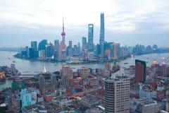 Воздушное фотографирование на горизонте бунда Шанхая сумерк стоковые фото