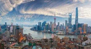 Воздушное фотографирование на горизонте бунда Шанхая сумерк