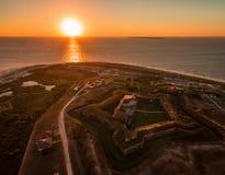 Воздушное фото захода солнца трутня - красивый заход солнца океана над историческим фортом Морганом, Алабамой стоковое фото
