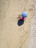 Воздушное фото зонтика пляжа Стоковое фото RF