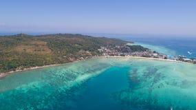 Воздушное фото трутня иконического тропического пляжа и курорты острова Phi Phi Стоковая Фотография RF