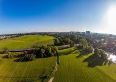 Воздушное фото лугов и реки Regnitz на Erlangen Стоковое Фото