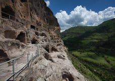Воздушное фото komples Vardzia монастыря пещеры на предпосылке долина и облака поднялось в quadrocopters Georgia Стоковое фото RF
