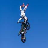Воздушное эффектное выступление motocross Стоковое Фото