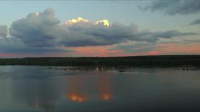 Воздушные облака отснятого видеоматериала на небе на заходе солнца против предпосылки голубые облака field wispy неба природы зел акции видеоматериалы
