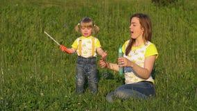 Воздушные пузыри солнечной семьи дуя движение медленное сток-видео