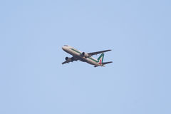 Воздушные судн аэробуса 320 летания, внутренний авиарейс Алиталиа Стоковые Изображения RF