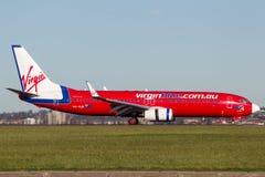 Воздушные судн Боинга 737-800 авиакомпаний Австралии девственницы Virgin Blue на авиапорте Сиднея стоковая фотография rf