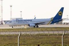 Воздушные судн Боинга 737-800 авиакомпаний международных перевозок Украины бежать к автостоянке Стоковая Фотография