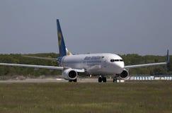 Воздушные судн Боинга 737-800 авиакомпаний международных перевозок Украины бежать на взлётно-посадочная дорожка Стоковая Фотография RF