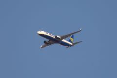 Воздушные судн Боинга 737-8 летания, полет воздуха Райан, небо ясности голубое Стоковое фото RF