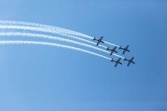 Воздушные судн летая акробатика образования Стоковые Изображения RF