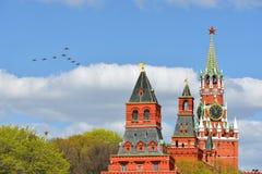 Воздушные судн летая над Кремлем moscow Стоковое Фото