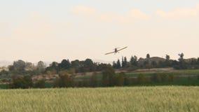 Воздушные судн Желтые воздушные судн земледелия, опылитель полей с звуком сток-видео