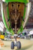 Воздушные судн и большое переднее шасси Авиакомпании S7, авиапорт Tolmachevo, Россия Новосибирск 12-ое апреля 2014 Боинга 767 Стоковая Фотография RF