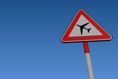 воздушные судн летая низкий дорожный знак Стоковое Фото