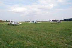 Воздушные судн на аэродроме с травяным покрытием Стоковые Фото