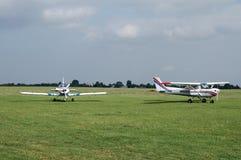 Воздушные судн на аэродроме с травяным покрытием Стоковая Фотография