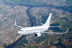 Воздушные судн на уровне полета, летая над рекой ландшафта города Стоковое Изображение RF
