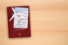 Воздушные судн посадочного талона, пасспорта и игрушки на столе Стоковое Фото