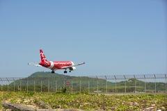Воздушные судн приземлились около авиапорта в пляже Mai Khao Пхукета дальше Стоковые Изображения