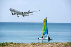 Воздушные судн приземлились около авиапорта в пляже Mai Khao Пхукета дальше Стоковое Изображение RF