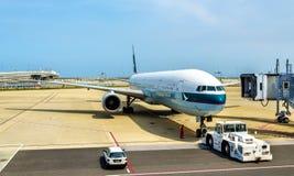 Воздушные судн Cathay Pacific в международном аэропорте Kansai стоковая фотография rf