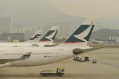 Воздушные судн Cathay Pacific приближают к мосту восхождения на борт Стоковые Фото
